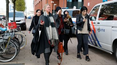 Nelleke Stolk, advocaat van de nabestaanden van Humeyra, komt aan bij de rechtbank waar voor het eerst Bekir E. voor de rechter verschijnt.