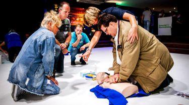 Politie Lelystad boos op filmers van reanimatie.