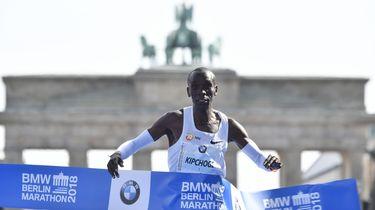 Kipchoge verbreekt wereldrecord marathon