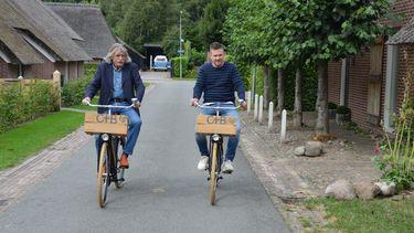 Een foto van Johnny de Mol en Johan Derksen, fietsend in Drenthe.