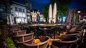 Een foto van opgestapelde stoelen van gesloten restaurants