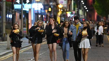 Jongeren op de laatste uitgaansavond in Liverpool, vlak voordat de lokale lockdown ingaat.
