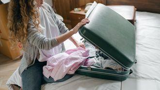 Vrouw pakt koffer in