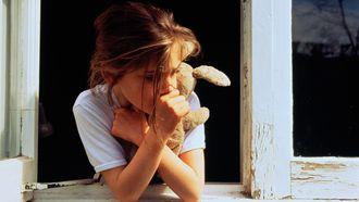 Op deze foto zie je een eenzaam meisje