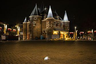 Een foto van de Nieuwmarkt in Amsterdam, geen avondklok maar toch leeg