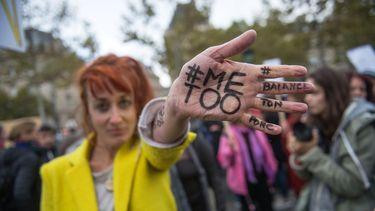 Een vrouw toont haar hand met #MeToo tijdens een protest tegen seksueel geweld in Parijs, Frankrijk. Foto: EPA | Christophe Petit Tesson