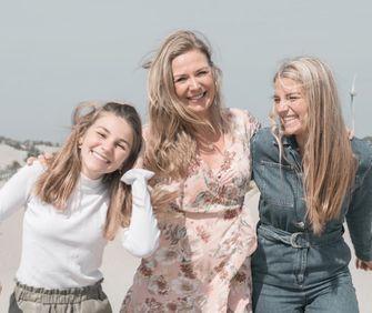 Senna Bellod met haar moeder Sandra en zus Mayte