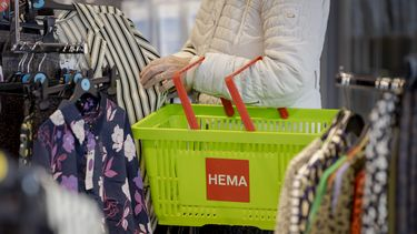 Een foto van een hema-winkelmandje aan de arm van een klant