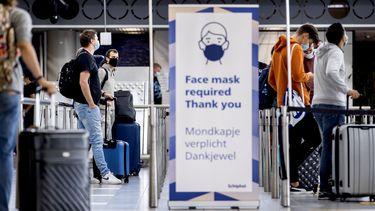 Foto van reizigers op Schiphol.