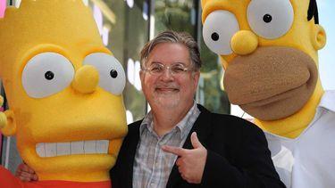 Op deze foto zie je Matt Groening, de bedenker van The Simpsons, op archiefbeeld tussen de twee hoofdpersonen uit The Simpsons, Bart en Homer.