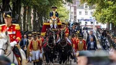 Op deze foto zie je publiek wat kijkt naar de Glazen Koets onderweg van paleis Noordeinde naar de Ridderzaal op Prinsjesdag.