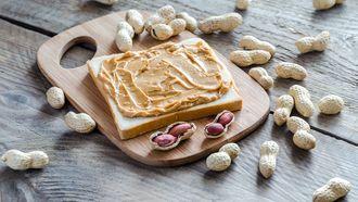 Smeer jij dagelijks pindakaas op je bammetjes? Dan hebben we goed nieuws. Je kunt ook heerlijke drankjes maken met het smeerbare goud. / Colourbox