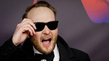 Een foto van Arjen Lubach met zonnebril
