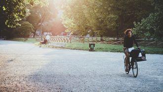 vrouw op fiets in park