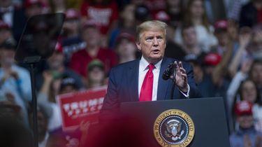 Trump: 'Roger Stone maakt goede kans op vrijspraak'