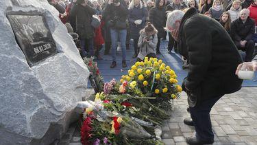 Op deze foto is een man te zien die rouwt om zijn familieleden die om het leven kwamen bij de crash van een Oekrains vliegtuig in Iran.