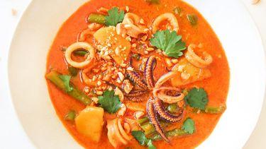Op deze foto zie je Thaise rode curry met inktvis en pinda's