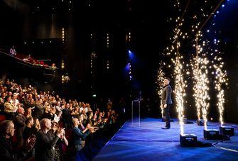 Een foto van Guido Weijers met vuurwerk en 500 mensen in de zaal