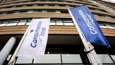 Op deze foto zie je de Logo op vlaggen bij het hoofdkantoor van de Consumentenbond aan het Enthovenplein.