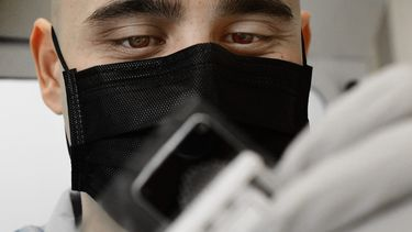 Een foto van een man die een coronatest doet