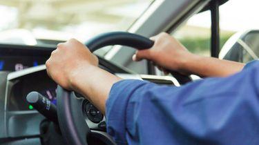Automobilist rijdt 70 km/u te hard zónder rijbewijs