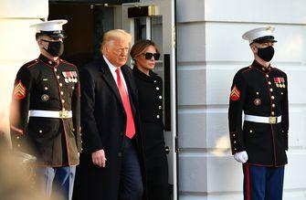 Een foto van Donald Trump en Melania bij het verlaten van het Witte Huis