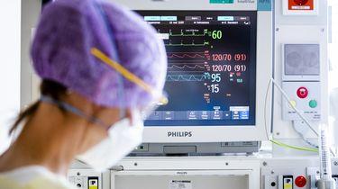 Een zorgmedewerkster op de intensive care (IC) van het HMC Westeinde ziekenhuis.