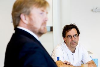 Een foto van Diederik Gommers die koning Willem-Alexander ontvangt