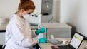 Een zorgmedewerker test iemand op het coronavirus | Foto: ANP
