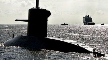 Een foto van een duikboot die aan de oppervlakte vaart