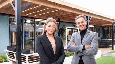 Een foto van de twee presentatoren van Big Brother