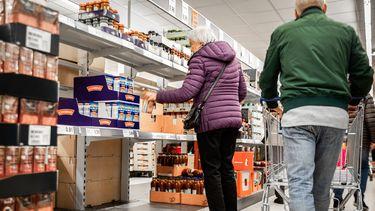 Alleenstaande ouderen zijn de klos in de supermarkt.