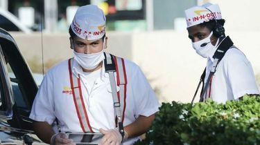 Een foto van een medewerker van de 'drive-through' van In-N-Out Burger in Californië