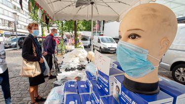 Een foto van een pop met een mondkapje in Antwerpen