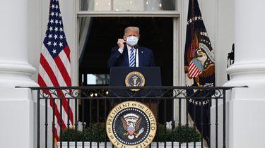 Een foto van Trump die gisteren zijn aanhangers toesprak vanaf een balkon van het Witte Huis