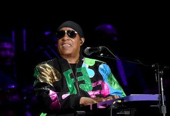 Op deze foto zie je Stevie Wonder