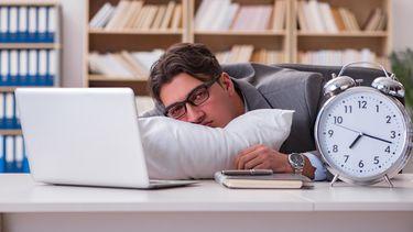 Kwartier minder slapen beïnvloedt werkprestaties