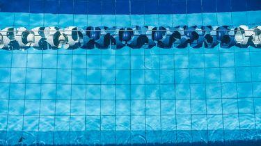 Honderden jongeren bedreigen gezin in zwembad
