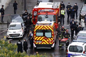 Een foto van de situatie op straat na de steekpartij in Parijs