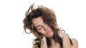 Een foto van een vrouw die moe is, ondanks misschien een lange nacht slaap