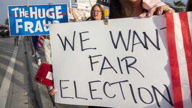 Een foto van demonstranten in Amerika met borden waarop 'we want a fair election' staat.