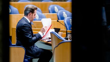 De Tweede Kamer praat vandaag over scholen, de Britse variant en de prikstrategie. Minister Hugo de Jonge.