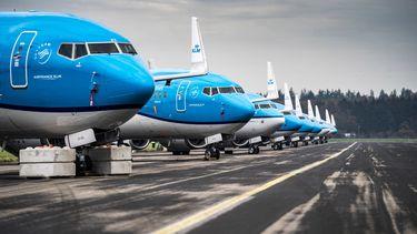 Een foto van aan de grond staande vliegtuigen van KLM