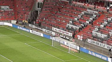 Foto van de spandoek die in het stadion hing.