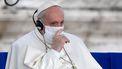 Een foto van de paus met een mondkapje