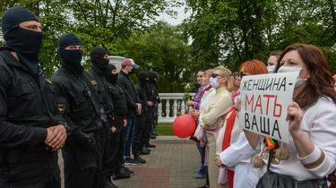 Op deze foto zijn vrouwen te zien die meedoen aan het protest in Wit-Rusland. Tegenover hen staan politieagenten.