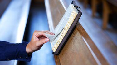 Kerkganger leest de Bijbel. Foto: ANP