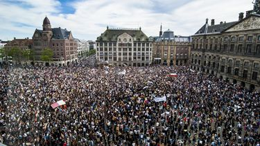 Foto van duizenden demonstranten op de Dam
