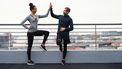 Koppel loopt marathon op balkon tijdens lockdown in Dubai