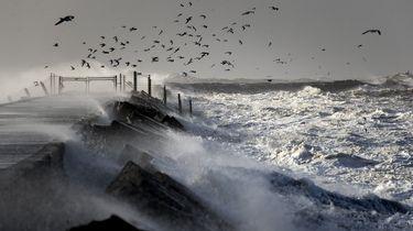 Grote golven slaan tegen de afgesloten pier tijdens de storm aan het begin van dit jaar.